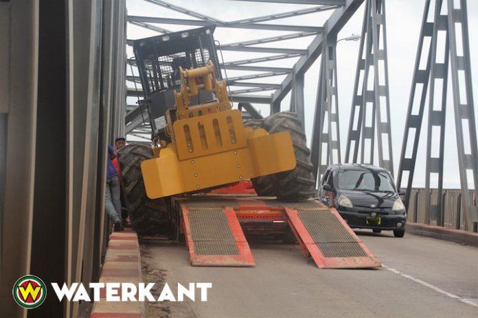 Tractor van trekker afgegleden op Saronbrug in Suriname
