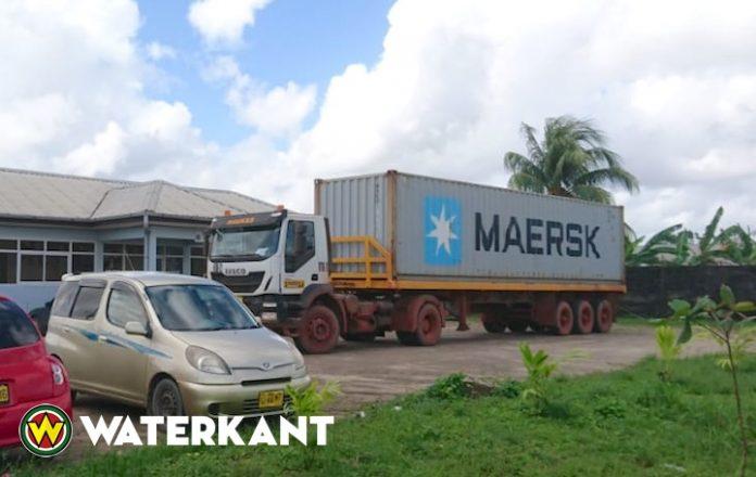 Fietsend jongetje aangereden door grote truck in Suriname