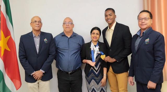 Zwemmer Renzo Tjon A Joe bij minister Sport en Jeugdzaken in Suriname