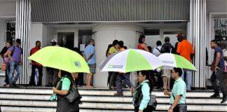 Bezoekers voor gesloten deuren hoofdkantoor DSB bank in Suriname