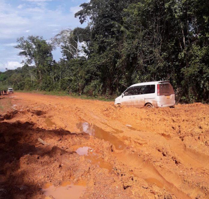 Deel van weg naar Langatabiki in zeer slechte staat