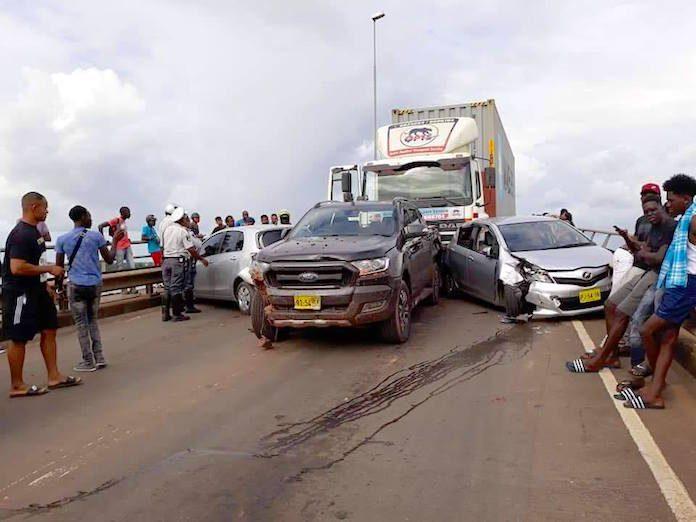 Grote aanrijding met vrachtwagen op Wijdenbosch brug in Suriname