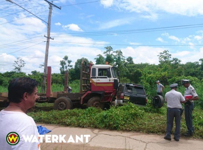 Ernstige aanrijding tussen vrachtwagen en personenauto op Highway Suriname