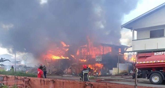 Bejaarde man overleden na woningbrand in Westen van Suriname