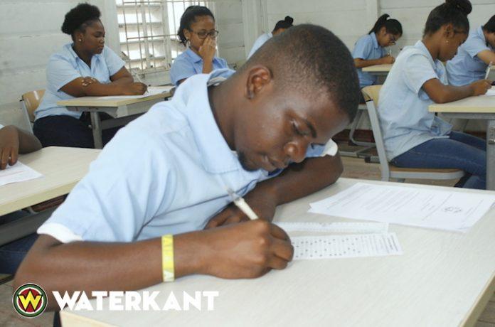 Eindexamen MULO en toelatingsexamen VWO/HAVO/NATIN van start in Suriname