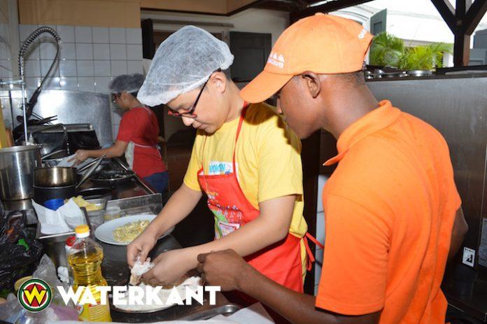 Training van jonge koks in Suriname tijden Kinder Kook Cafe