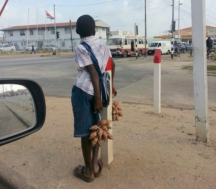 Regering gaat afrekenen met beeld piepjonge fruitverkopers in Surinaamse straten