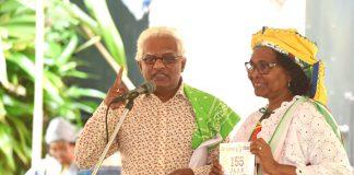 Magazine Afschaffing van de Slavernij aan NAKS in Suriname aangeboden