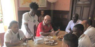Nationaal elftal Suriname op bezoek bij ambassade in Den Haag