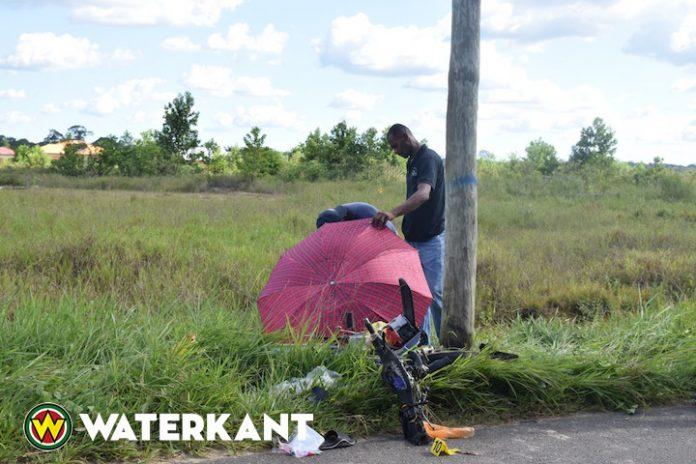 Bromfietser in Suriname rijdt tegen elektriciteitsmast en overlijdt