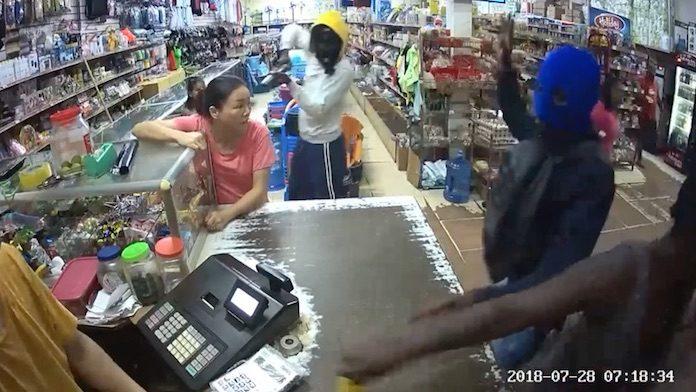 Filmpje: Overval op supermarkt in Suriname haarscherp gefilmd