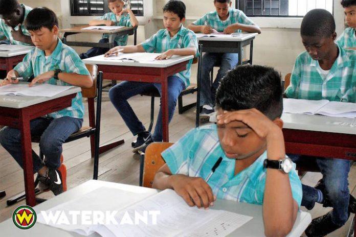 Jaarlijkse Gewoon Lager Onderwijs toets in Suriname begonnen