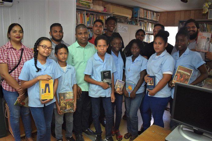 VHP Jongerenraad boekenproject in Suriname