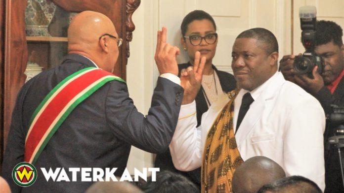 Albert Aboikoni beëdigd als granman van Saamaka stam in Suriname.