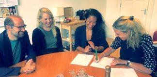 Karin Amatmoekrim tekent contract voor 'Suriname. Een geschiedenis