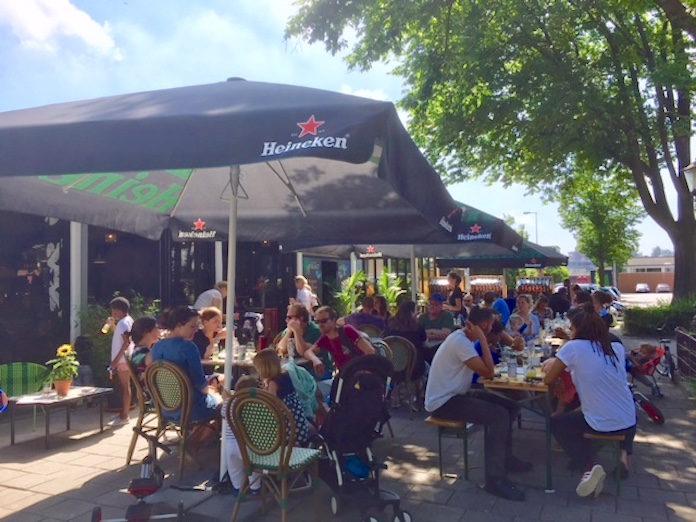 Manoushka Breeveld zingt klassiekers uit Suriname in café Uitvlugt Amsterdam