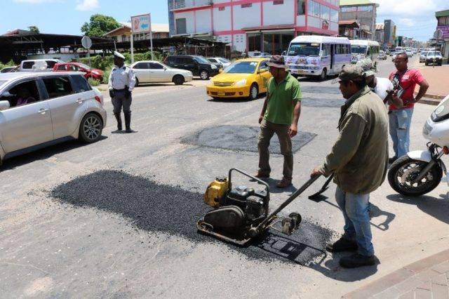 Kuilen in straten Suriname worden aangepakt