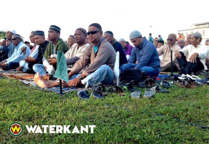 Offerfeest: Moslims gezamenlijk in gebed op Onafhankelijkheidsplein Suriname