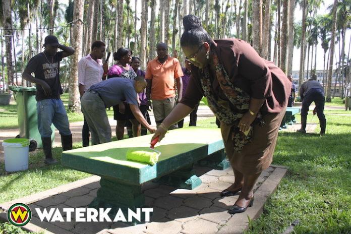 Viering Dag der Inheemsen in opgeknapte Palmentuin van Suriname