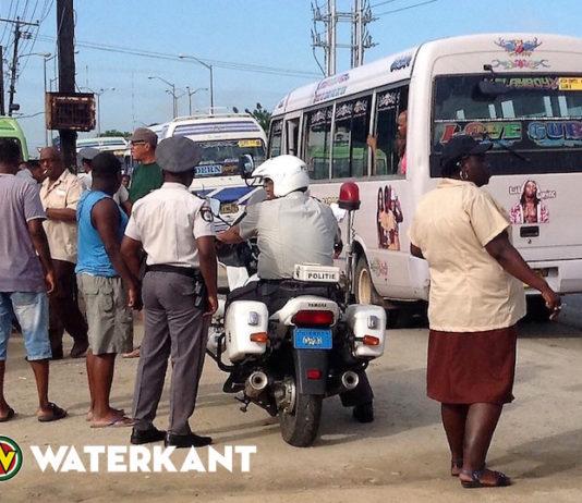 Buschauffeurs gecontroleerd door ministerie OWT&C in Suriname