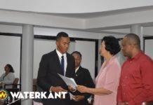 Parlement Suriname ontvangt topzwemmer Renzo Tjon A Joe