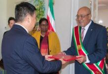 Ambassadeur China in Suriname biedt geloofsbrieven aan