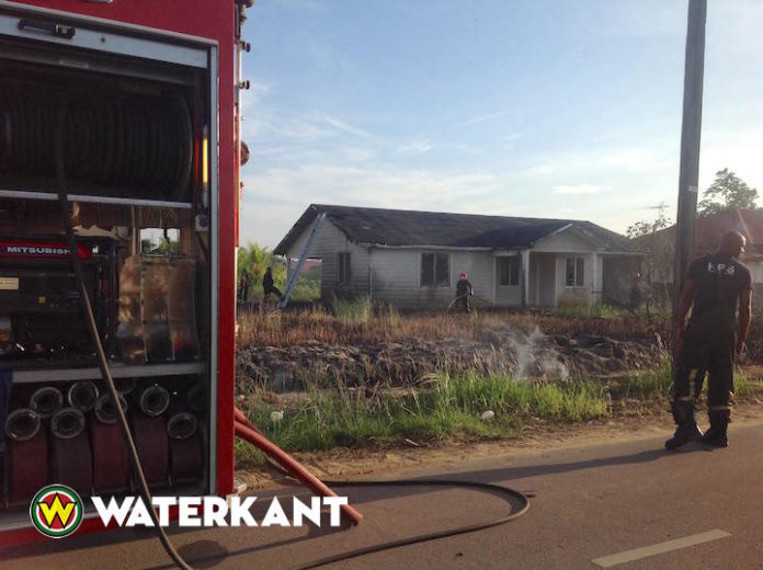 Huis bijna afgebrand als gevolg van grasbrand in Suriname
