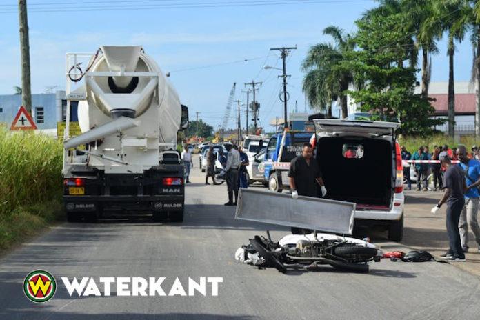 Bromfietser eerst geraakt door bus daarna overreden door Subema truck