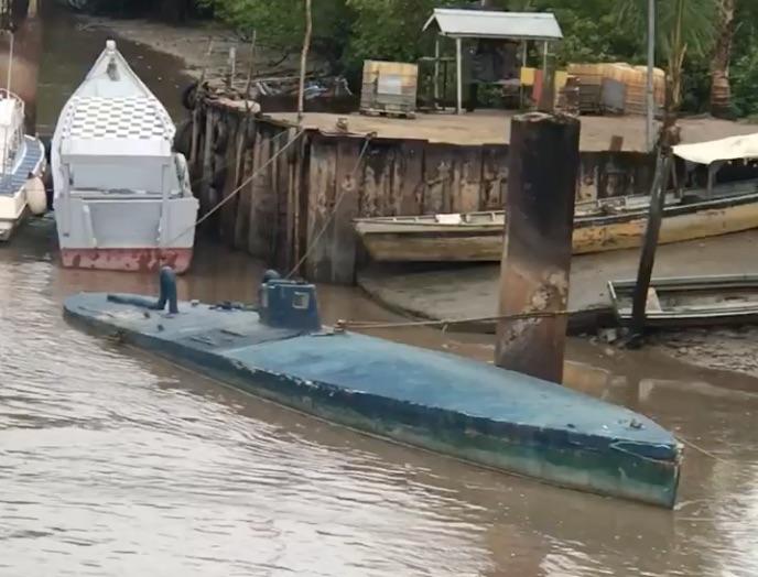 Duikboot gespot bij oever Coppename rivier in Suriname