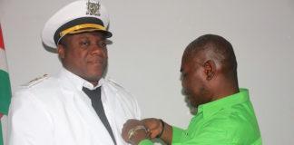 Ministerie reikt badges uit aan dignitarissen in binnenland Suriname