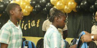 Uitreiking schoolpakketten Samora Anijs Foundation in Suriname