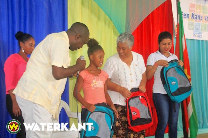 Ministers starten schoolpakketten project in Suriname