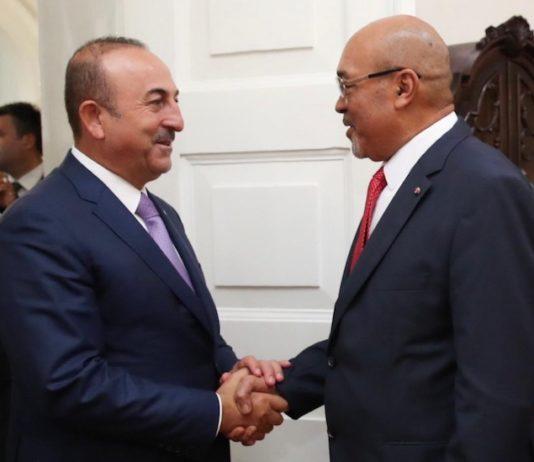 Turkse minister van buitenlandse zaken ontmoet president van Suriname