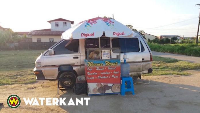 Kraampjes en bedrijfjes op bermen: 'uiting van armoede in Suriname'
