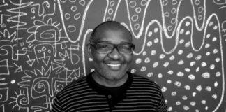 Kunstenaar Victor Ekpuk op Moengo Festival of Visual Arts in Suriname