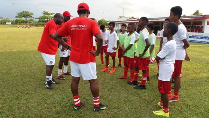 Nieuwe voetbalacademie in Suriname NSAS ontvangt Ajax-delegatie