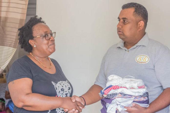 Striving Youth Suriname doneert kleding aan Kinderhuis Efran