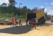Foto van asfalteer werkzaamheden in Suriname roept vraagtekens op