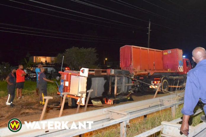 Aanhangwagen brandweer Suriname schiet los onderweg naar brandmelding
