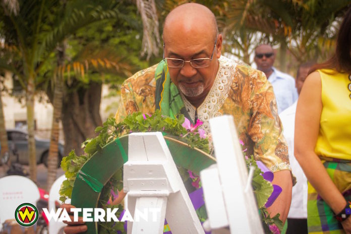 Foto's: kranslegging op Dag der Marrons in Suriname