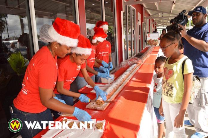 Fernandes Bakkerij in Suriname deelt 55 meter aan kerstbrood uit