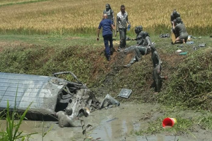 Filmpje: bus te water bij verkeersongeval in West-Suriname