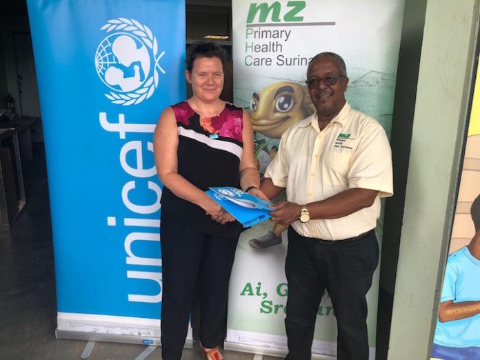 Unicef schenkt vaccinkoelkasten op zonne-energie aan Suriname
