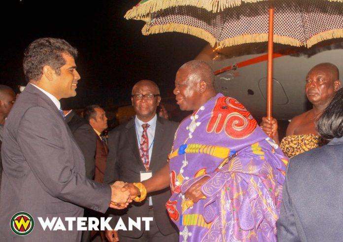 Ashanti koning geeft lezing op universiteit van Suriname