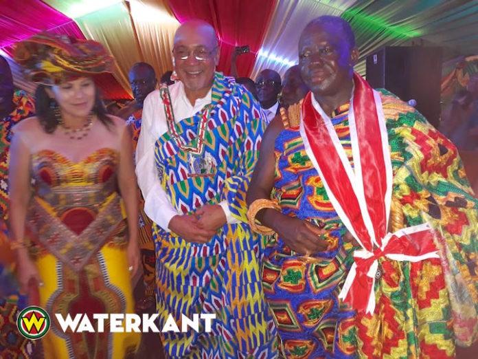 Ashanti koning geeft Bouterse koninklijk mantel cadeau