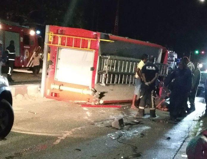 Brandweerwagen in Suriname gekanteld na klap tegen betonnen strook