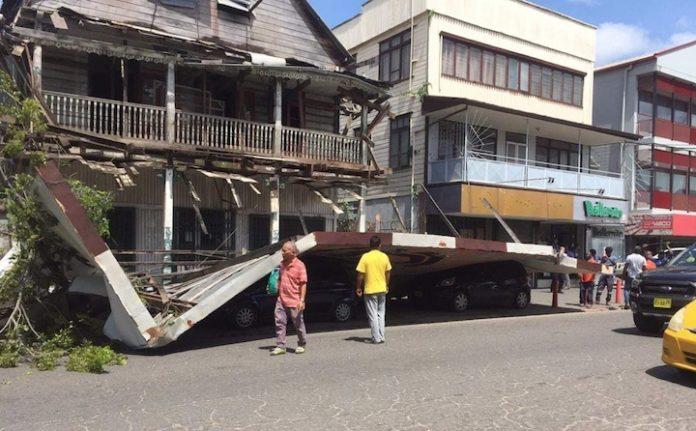 Billboard losgeraakt in centrum van Paramaribo; auto's beschadigd