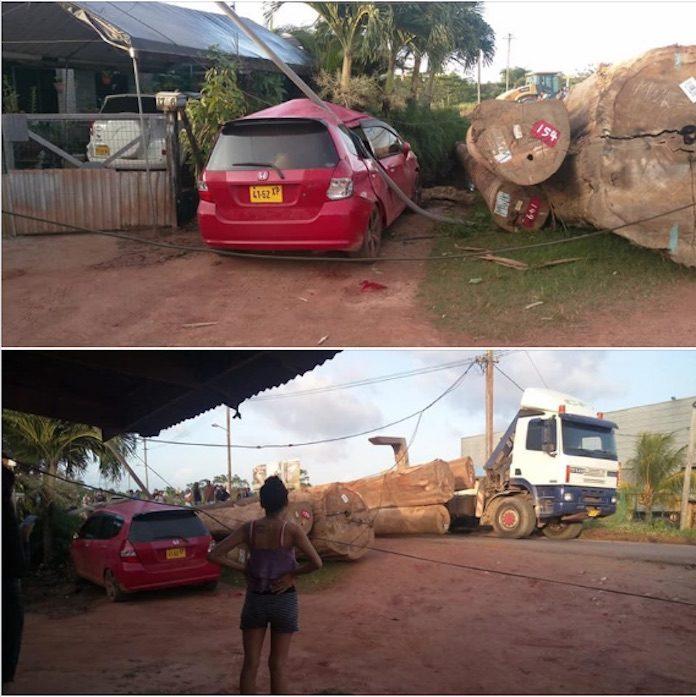 Boomstammen vallen van truck en beschadigen auto in Suriname
