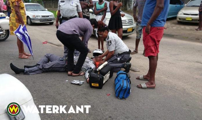 Motoragent in Suriname aangereden door automobilist die uit inrit kwam
