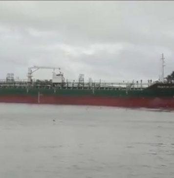 Olietanker op drift op Suriname rivier, elf vissersboten vernietigd